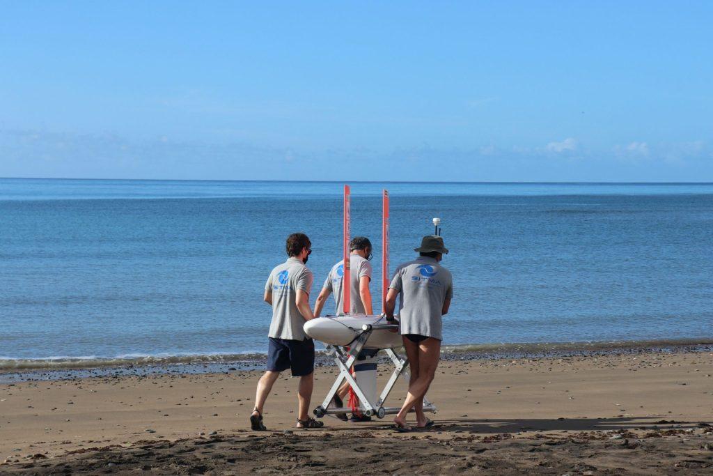 Jorge Cabrera y su equipo de BioACU preparan el velero para iniciar la prueba. Foto: Noelia Alberto González