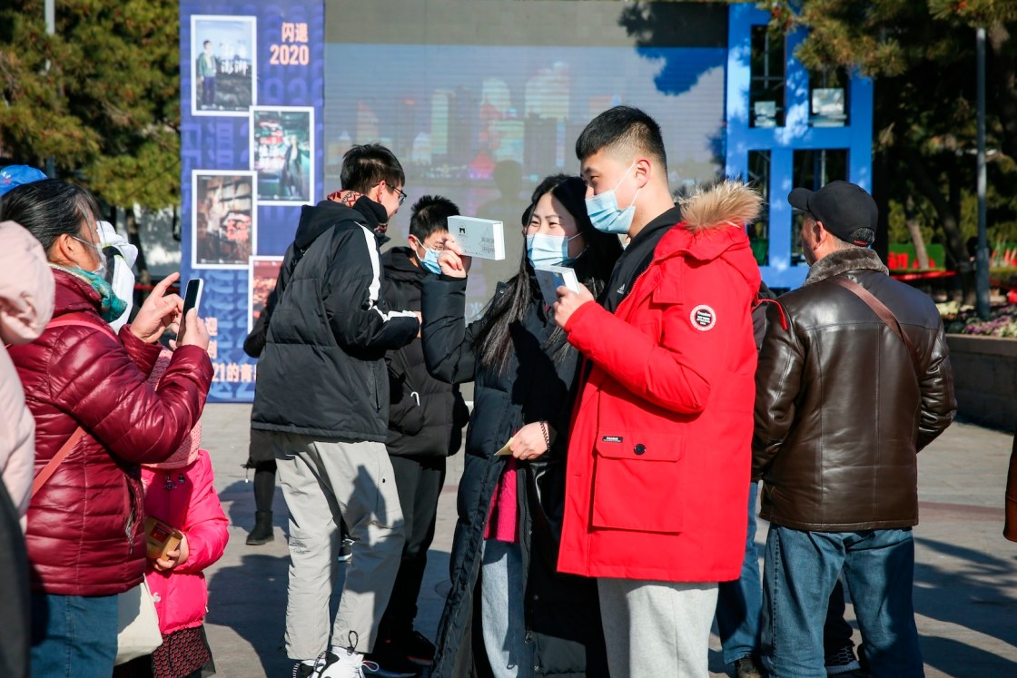 "Visitantes en la plaza del Puente Zhanqiao reciben con sorpresa ""Regalos de Qingdao""."