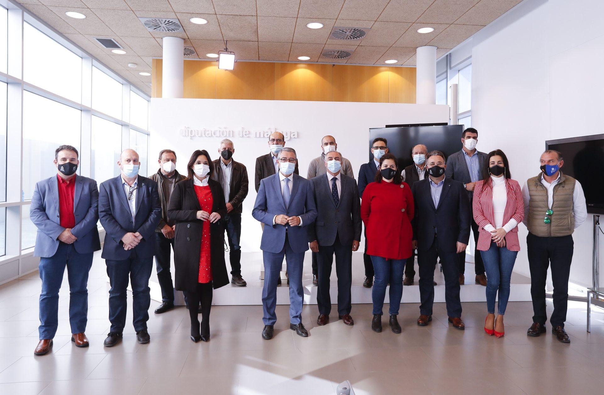 El presidente de la Diputación de Málaga, Francisco Salado (c), acompañado por la vicepresidenta segunda de la diputación, Margarita del Cid Muñoz, y los alcaldes de los 14 municipios de la zona de influencia de la Sierra de las Nieves. EFE/Jorge Zapata