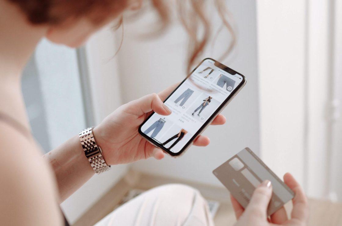 Mujer realizando compras por Internet