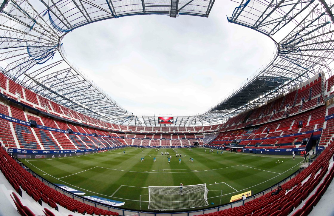 Eel Estadio de El Sadar es uno de los estadios que ha sufrido recientemente una remodelación para adaptarse a los nuevos tiempos. EFE/Jesús Diges/Archivo