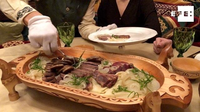 Un camarero del restaurante Qazaq Gourmet sirve un beshbarmak