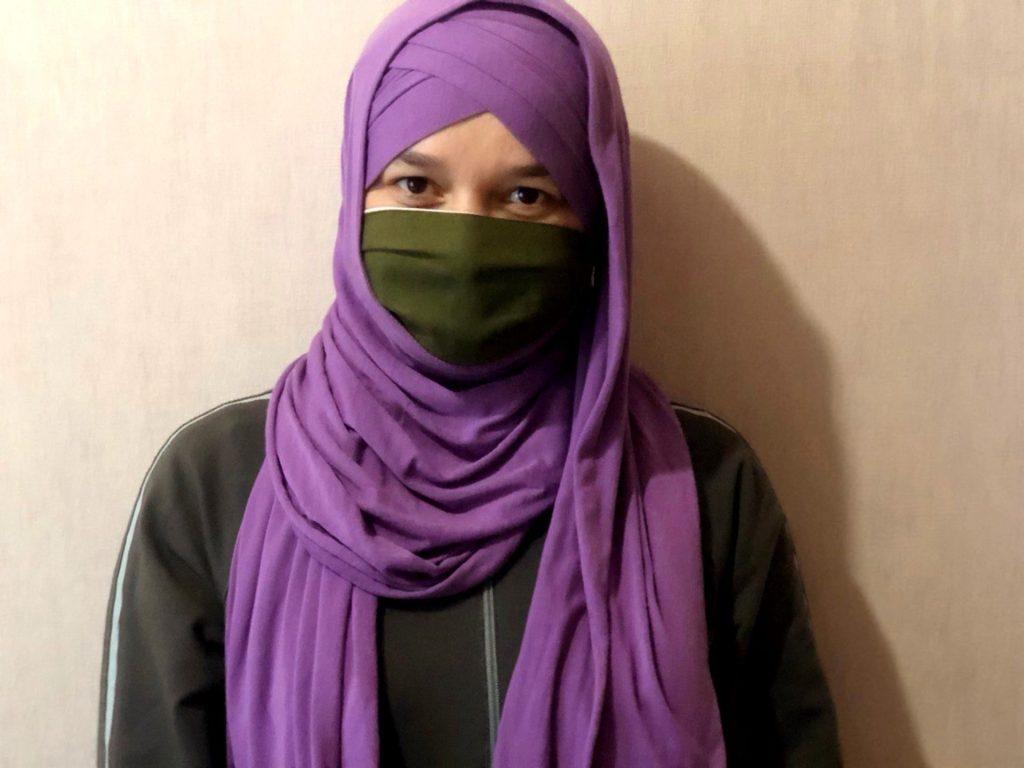 """""""Fueron cuatro años infinitamente largos que quiero olvidar"""", dice a Efe sobre su particular pesadilla Sabinella Ayazbáyeva, repatriada a Kazajistán desde Siria en el marco de la operación """"Zhusán"""", que ha facilitado en dos años el retorno de más de 600 ciudadanos que estuvieron en manos del Estado Islámico (EI). """"Vimos bombardeos, cadáveres, casas en ruinas, tiroteos, todo eso lo vimos con nuestros propios ojos (...)"""", relata la mujer por videoconferencia desde su ciudad natal de Karagandá, en el centro de Kazajistán. Ayazbáyeva, que hoy tiene 30 años, se marchó en 2014 junto a su marido Meréi a Siria. Él se unió a las filas del EI y falleció tres años después en un bombardeo. La kazaja se crió en un entorno laico y nunca se interesó por el islamismo radical. Tras acabar el colegio la joven se matriculó en Derecho, pero pronto conoció a Meréi, quien se radicalizó a través de internet pocos años después de su boda.- EFE/Sabinella Ayazbayeva/SOLO USO EDITORIAL/SOLO DISPONIBLE PARA ILUSTRAR LA NOTICIA QUE ACOMPAÑA (CRÉDITO OBLIGATORIO)"""