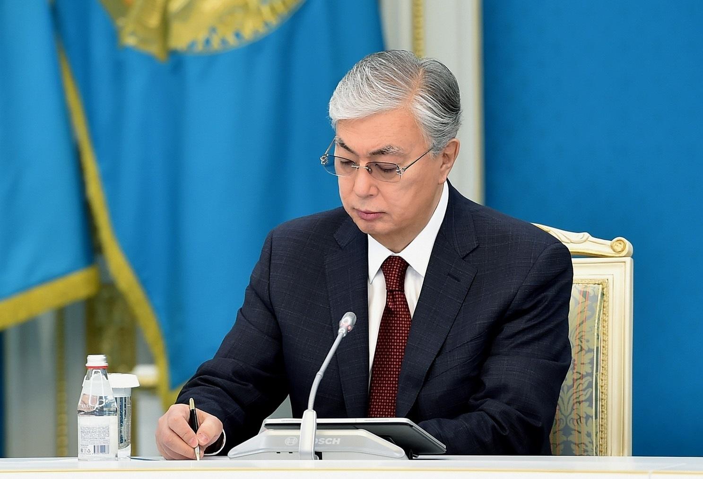 """GRAF1695. NUR-SULTAN (KAZAJISTÁN), 09/03/2021.- Kazajistán aprobó el Plan de Desarrollo Nacional hasta 2025 ajustado a las realidades causadas por la pandemia del coronavirus, que prevé para entonces un incremento anual del producto interior bruto (PIB) del orden de 5 %, informó hoy el Ministerio de Economía del país. En la imagen, el presidente kazajo, Kasim-Yomar Tokáyev, firma este martes el documento que señala en su nueva redacción la necesidad de nivelar las consecuencias de la """"coronacrisis"""" y de consolidar la economía del país, a fin de superar el """"punto de no retorno"""" hacia una trayectoria de crecimiento económico sostenido. EFE/ Amankul Dyussenbayev/akorda Press - SOLO USO EDITORIAL/SOLO DISPONIBLE PARA ILUSTRAR LA NOTICIA QUE ACOMPAÑA (CRÉDITO OBLIGATORIO)"""