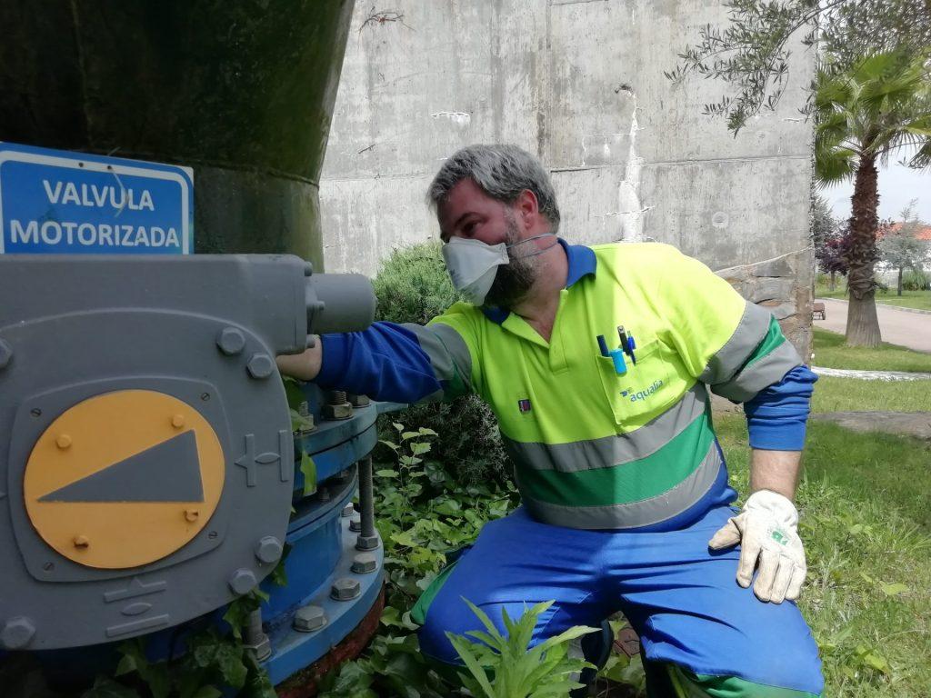 Un operario, en labores de mantenimiento de una válvula motorizada de la red / Aqualia