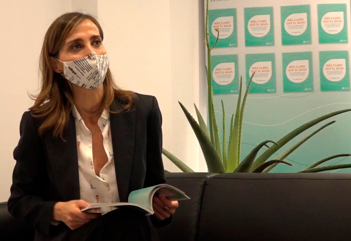"""La doctora y divulgadora médica Magda Carlas, autora del libro """"Más claro que el agua"""" (Amat)."""