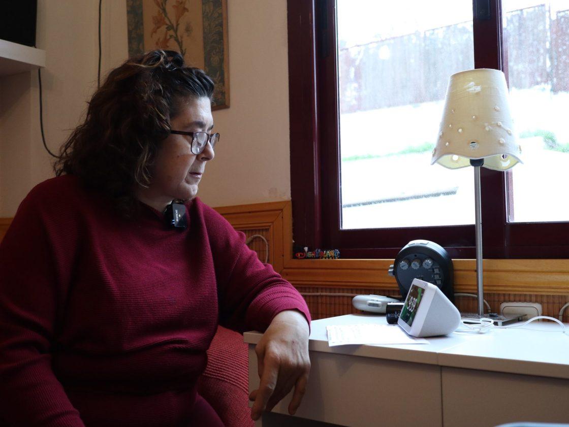 Una paciente frente al asistente de voz que facilita la gestión de medicamentos para pacientes polimedicados. CEDIDA/SOLO USO EDITORIAL