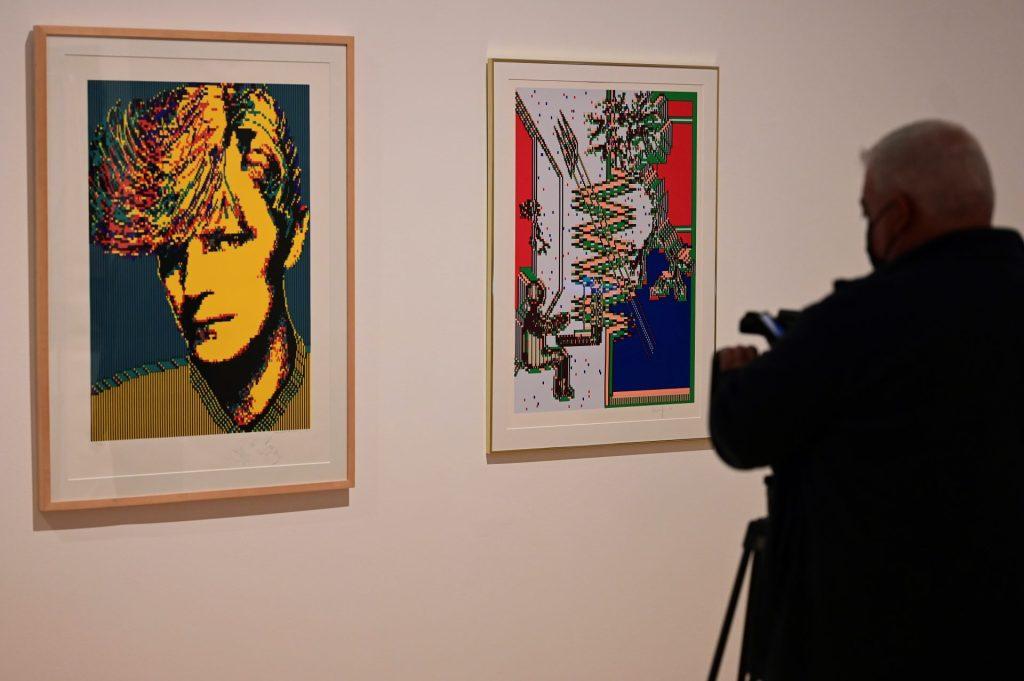 """Un cámara toma imágenes de dos obras de la artista textil sueca Charlotte Johannesson durante la presentación de """"Lévame a otro mundo"""", la primera monográfica en España de la artista textil, este martes, en el Museo Reina Sofía de Madrid. EFE/Victor Lerena"""