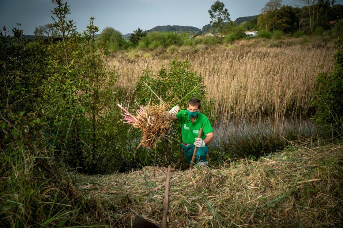 S019 Santoña. Darío Fernández, uno de los operarios forestales EFE/FOTO/ROMÁN G. AGUILERA