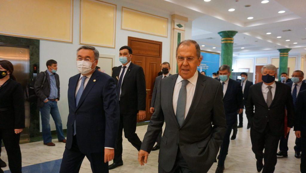 Nur-Sultán (Kazajistán), 08/04/2021.- El ministro de Asuntos Exteriores de Rusia, Sergei Lavrov, durante su reunión con el ministro de Asuntos Exteriores de Kazajistán, Mujtar Tleuberdi en Nur-Sultán, la capital de Kazajistán, el 08 de abril de 2021. EFE/Kulpash Konyrova