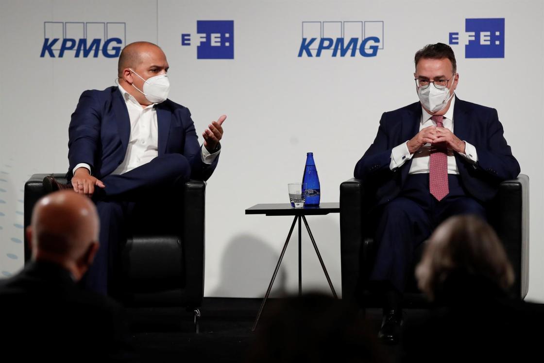El consejero delegado de Capital Energy, Juan José Sánchez (i), y el presidente ejecutivo de Enagás, Antonio Llardén (d) durante el cuarto de los foros que organizan EFE y la consultora KPMG sobre los fondos europeos, que en esta ocasión estará centrado en el reto de la transición energética, este miércoles en el Instituto Cervantes, en Madrid. EFE/Juan Carlos Hidalgo