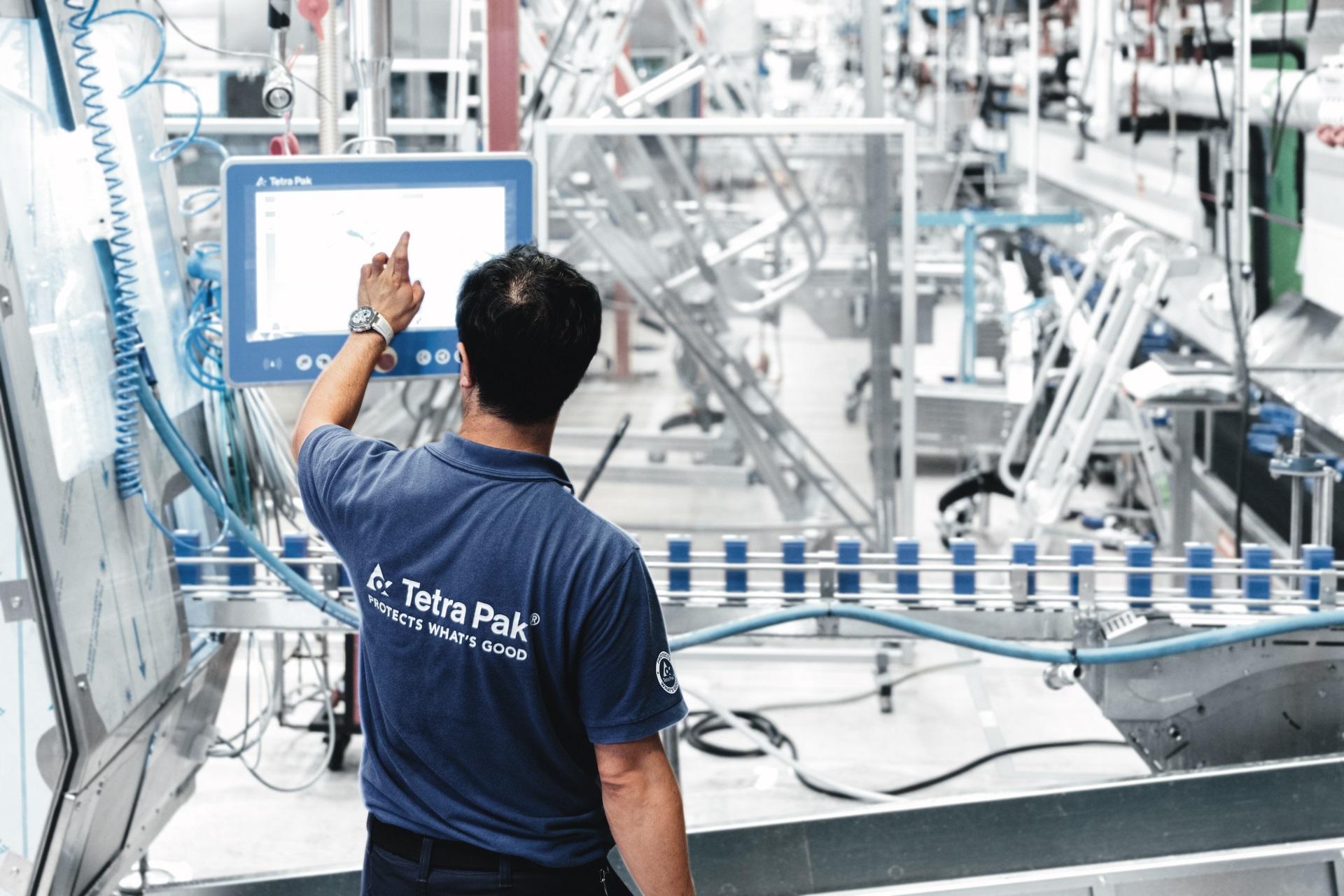Un trabajador en una fábrica de envasado de la compañía Tetra Pak. CEDIDA/SOLO USO EDITORIAL