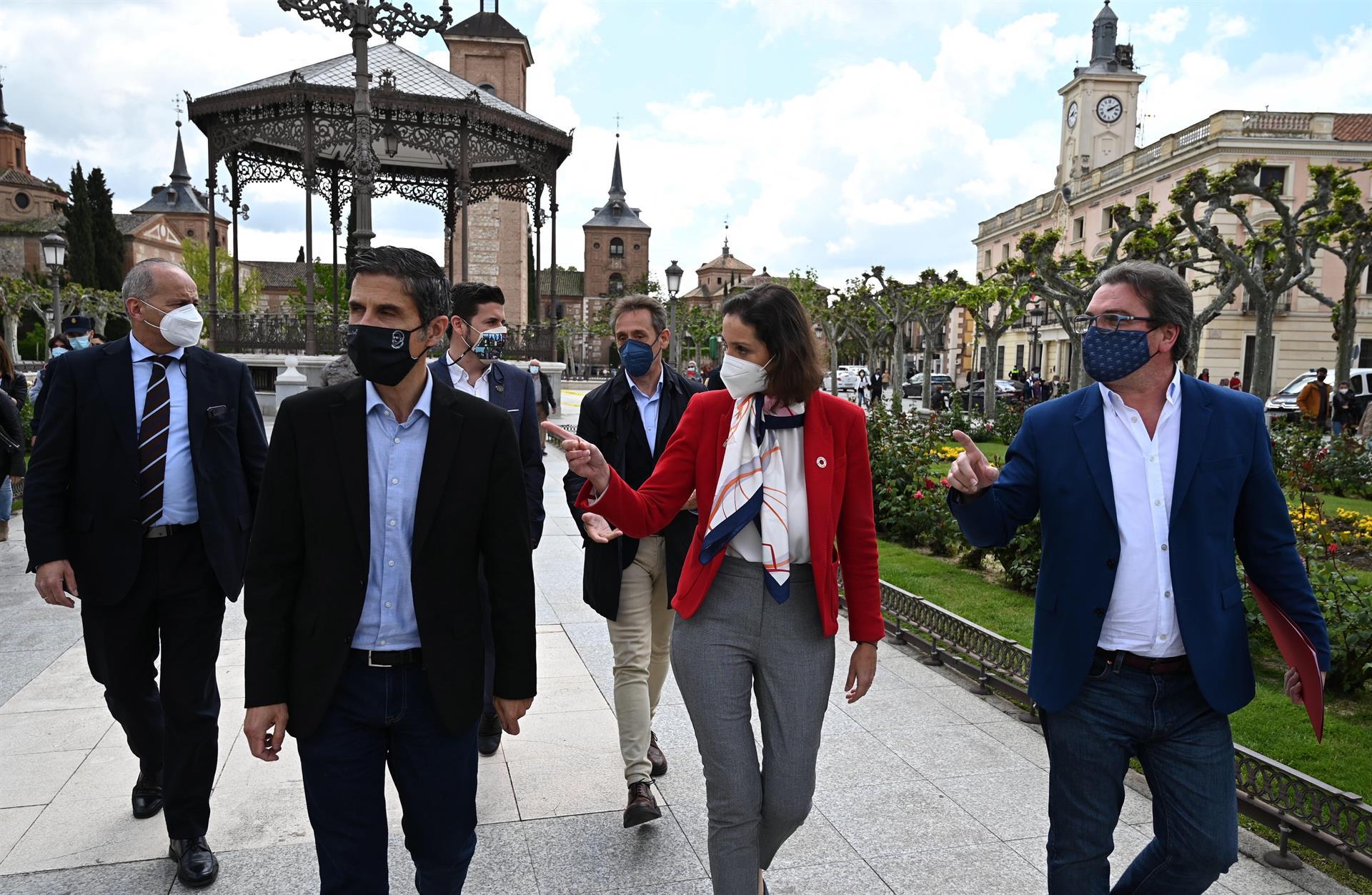 La ministra de Industria, Comercio y Turismo, Reyes Maroto (2d), visita al sector de la hostelería y el turismo en Alcalá de Henares, este martes. EFE/ Fernando Villar
