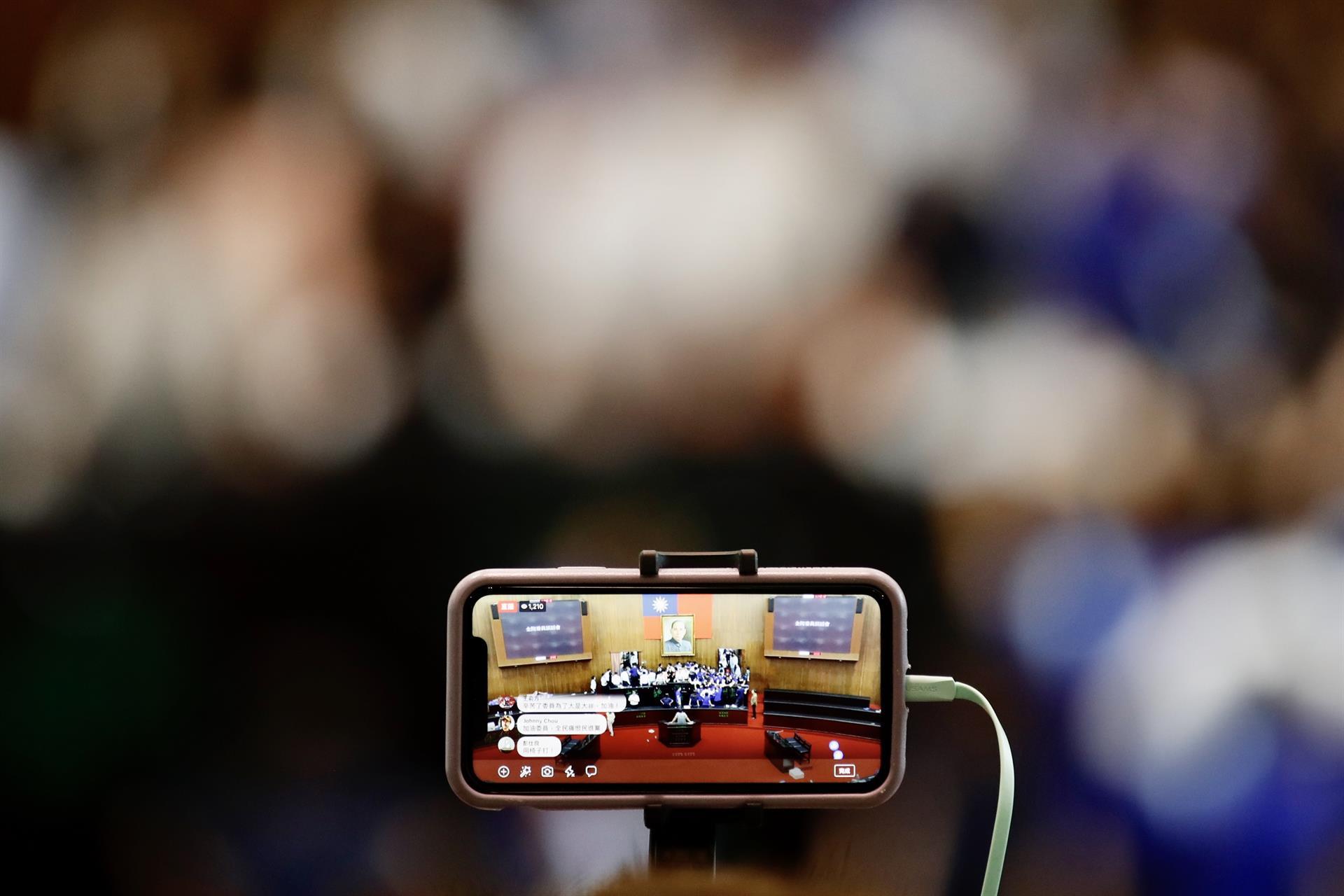Una de las mesas redondas tratará sobre el uso del móvil a la hora de registrar momentos históricos recientes. EFE/EPA/RITCHIE B. TONGO/Archivo