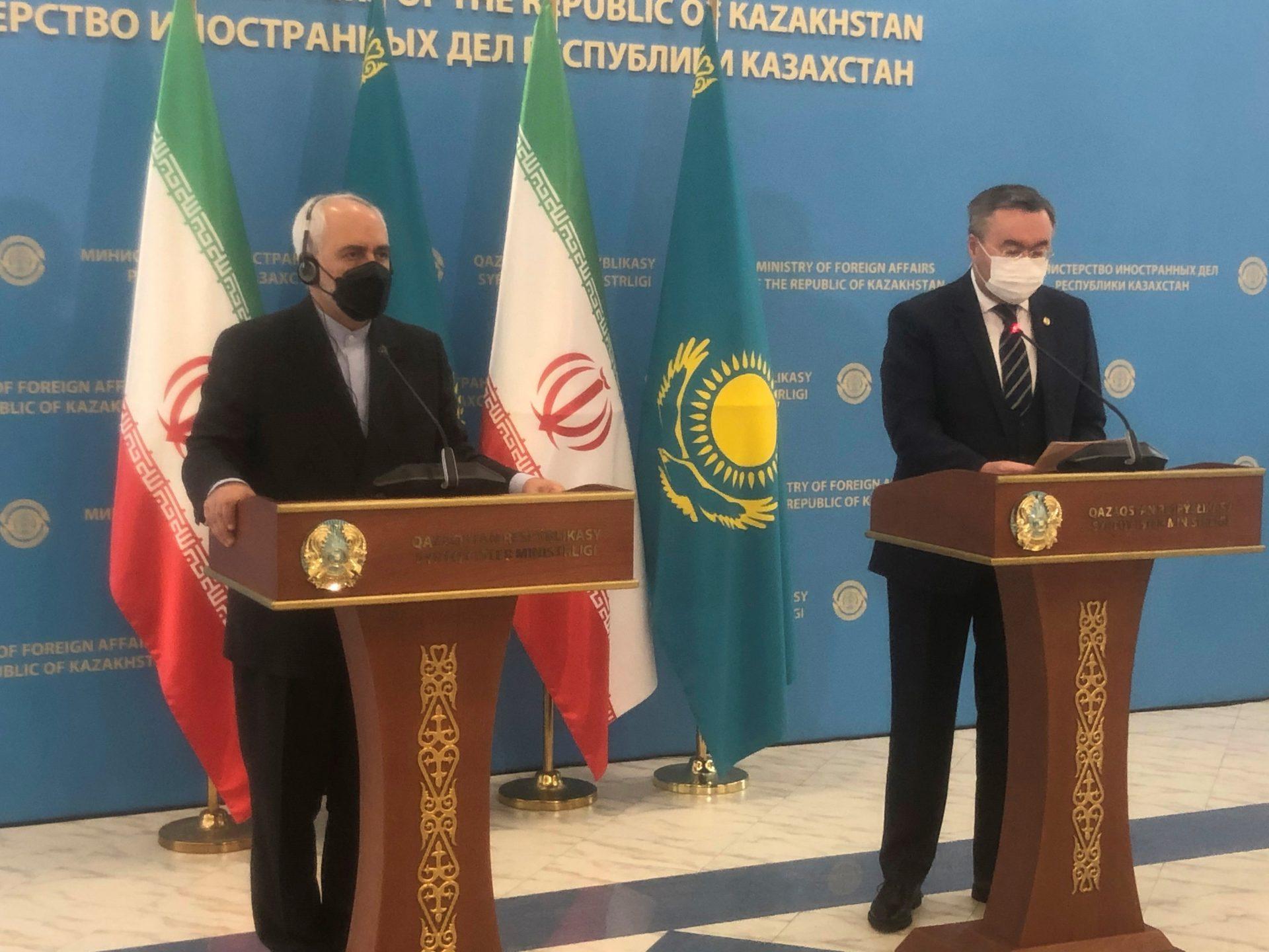"""GRAF8932. NUR-SULTÁN, 07/04/2021.- El ministro kazajo de Exteriores, Mujtar Tleuberi (d), y su homólogo iraní, Mohamad Yavad Zarif (i), ofrecen una rueda de prensa tras su reunión, este miércoles, en Nur-Sultán, Kazajistán. Kazajistán e Irán buscarán aumentar su intercambio comercial en 2021 tras registrar una caída de su volumen el año pasado, según declaró este miércoles el ministro kazajo de Exteriores. """"En 2020 el intercambio comercial entre Kazajistán e Irán fue de 237 millones de dólares, es decir, bajó en un 37,2 % en comparación con 2019"""", dijo Tleuberi tras entrevistarse con su colega iraní. EFE/ Kulpash Konyrova"""