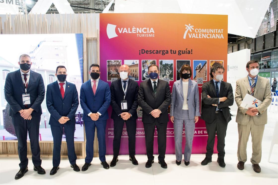 **AMPLÍA PIE DE FOTO**MADRID, 20/05/2021.- El ministro de Transportes, Movilidad y Agenda Urbana, José Luis Ábalos (4d), posa junto al diputado de Turismo de la Diputación de Valencia, Jordi Mayor (i); el presidente de la Diputación de Valencia,Toni Gaspar (4i), y los alcaldes de Canet d'en Berenguer, Pere Joan Antoni Chordá (2i), y Gandía, Diana Morán, entre otros, durante la visita de Ábalos al estand de la Diputación de Valencia en la Feria Internacional de Turismo Fitur, este jueves, en el recinto ferial Ifema de Madrid. EFE/Luca Piergiovanni