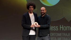 """El productor del cortometraje """"Homeless Home"""", Iván Miñambres (i) y el director español de la obra, Alberto Vázquez, reciben el premio al mejor cortometraje en la cuarta edición de los Premios Quirino."""