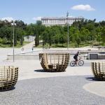 """""""Meeting Bowls"""", unos bancos artísticos en forma de cápsulas semiesférica instalados en Madri Río en el marco de quinta edición de la Feria del Nuevo Arte Contemporáneo, Urvanity Art."""