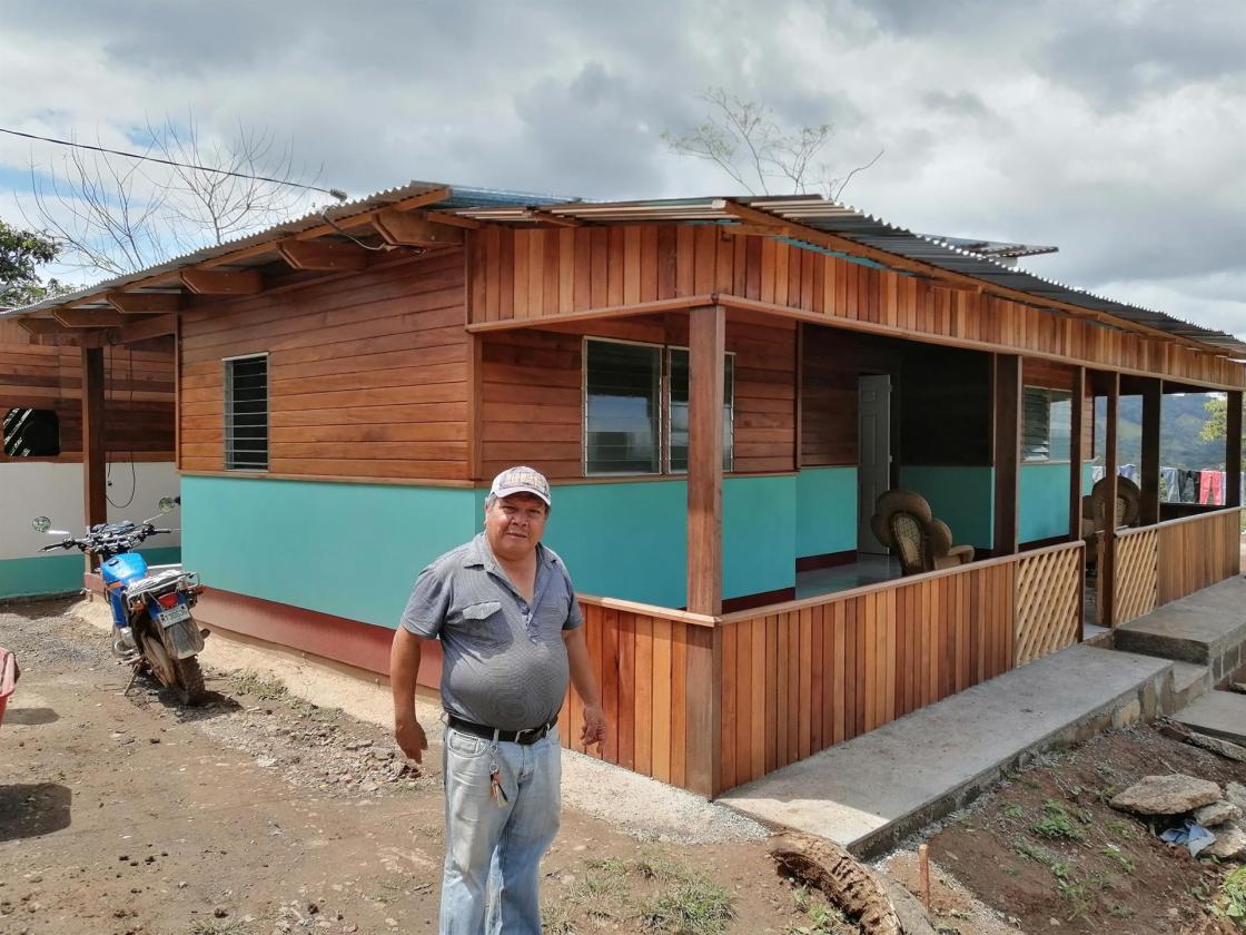 Fotografía cedida este jueves por Rikolto que muestra a Jacobo Palacios, campesino caficultor, mientras posa junto a su vivienda ubicada en un cultivo de café, el 3 de marzo de 2021, en el municipio de Rancho Grande, en Matagalpa, norte de Managua (Nicaragua). EFE/ Judith Vanegas Ferrey /Rikolto /