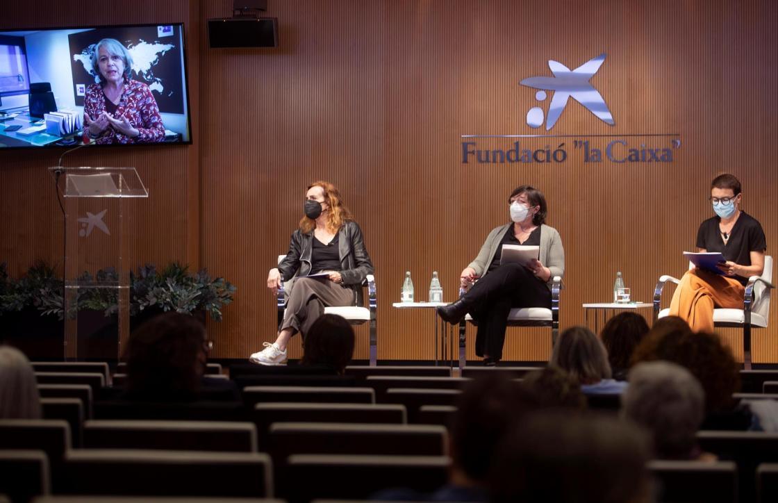 """GRAF2620. BARCELONA (ESPAÑA), 20/05/2021.- Carme Portaceli (i), la primera mujer que, a partir de septiembre, dirigirá el Teatre Nacional de Catalunya (TNC); Silvia Carrasco (2-d), profesora titular de Antropología Social de la UAB; la periodista Macarena Baena (d); y la presidenta de la Agencia EFE, Gabriela Cañas (en pantalla-izq), abren este jueves las jornadas """"Mujeres Invisibles. La era pos-Covid"""", que se complementa con una muestra fotográfica con imágenes de la Agencia EFE. EFE/Marta Pérez"""