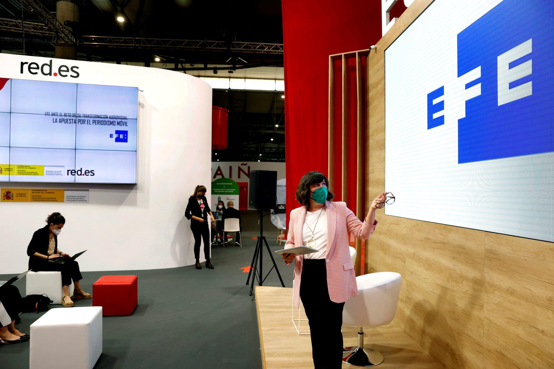 La directora de Estrategia de la Agencia Efe, Soledad Álvarez, durante la conferencia que ha pronunciado en el pabellón de España del Mobile World Congress (MWC) de Barcelona