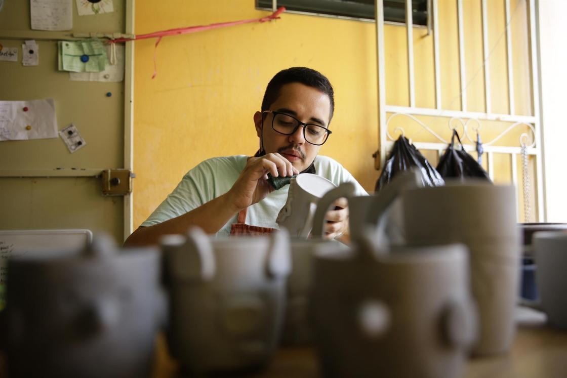 Manuel Aguiluz trabaja hoy en un taller como parte de un emprendimiento colectivo de ceramistas, en San Salvador (El Salvador). EFE/ Rodrigo Sura