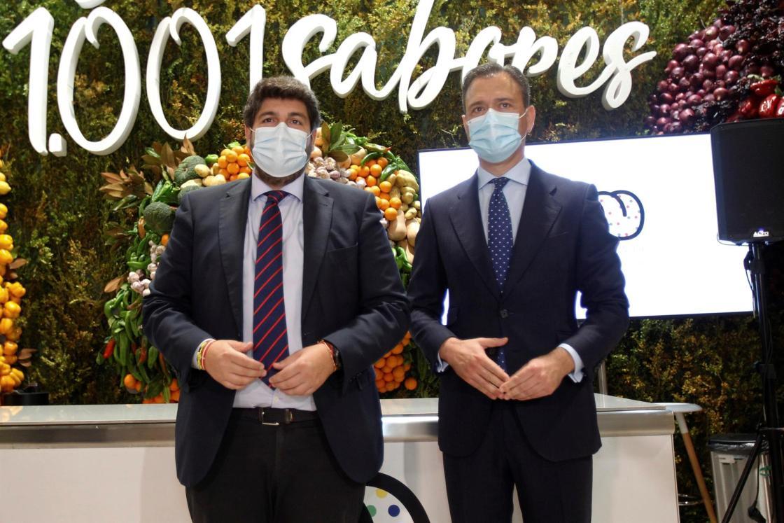 Fernando López Miras, que ha visitado el stand de la Región de Murcia en Madrid Fusión 2021, con el consejero de Presidencia, Turismo y Deportes, Marcos Ortuño EFE/ Javier Liaño