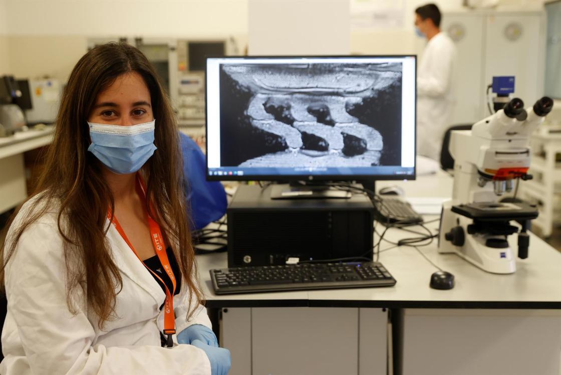 La responsable del proyecto BionSensCell, Laura García Carmona, en las instalaciones el Instituto Tecnológico de la Energía. EFE/Kai Försterling