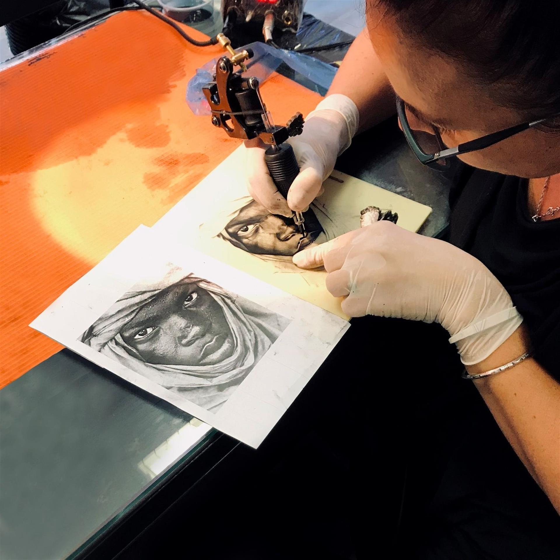 Prácticas de tatuaje realista sobre piel sintética / Autor: EOMTP