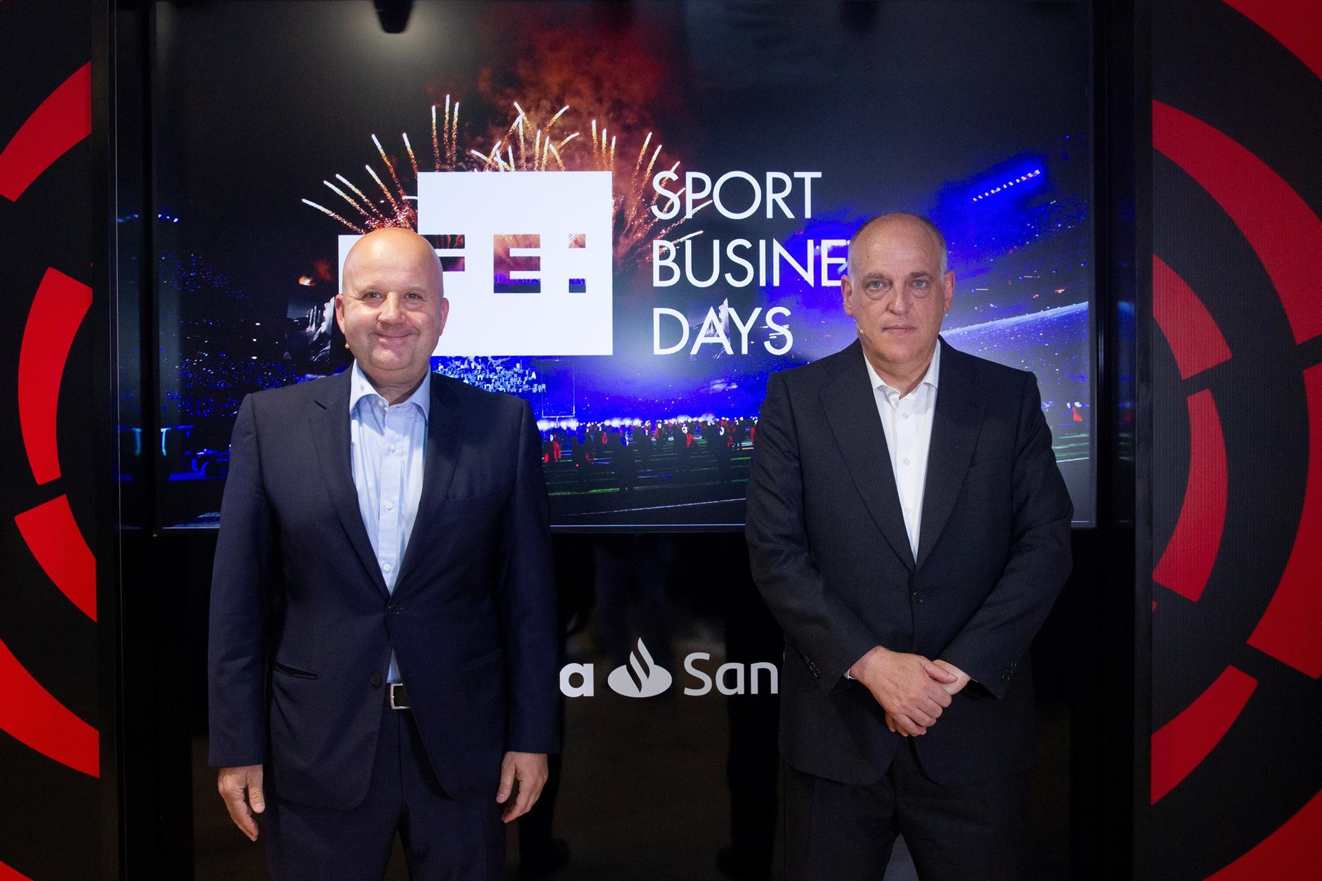 En la foto. el presidente de LaLiga, Javier Tebas y el director de Deportes de la Agencia Efe, Luis Villarejo.