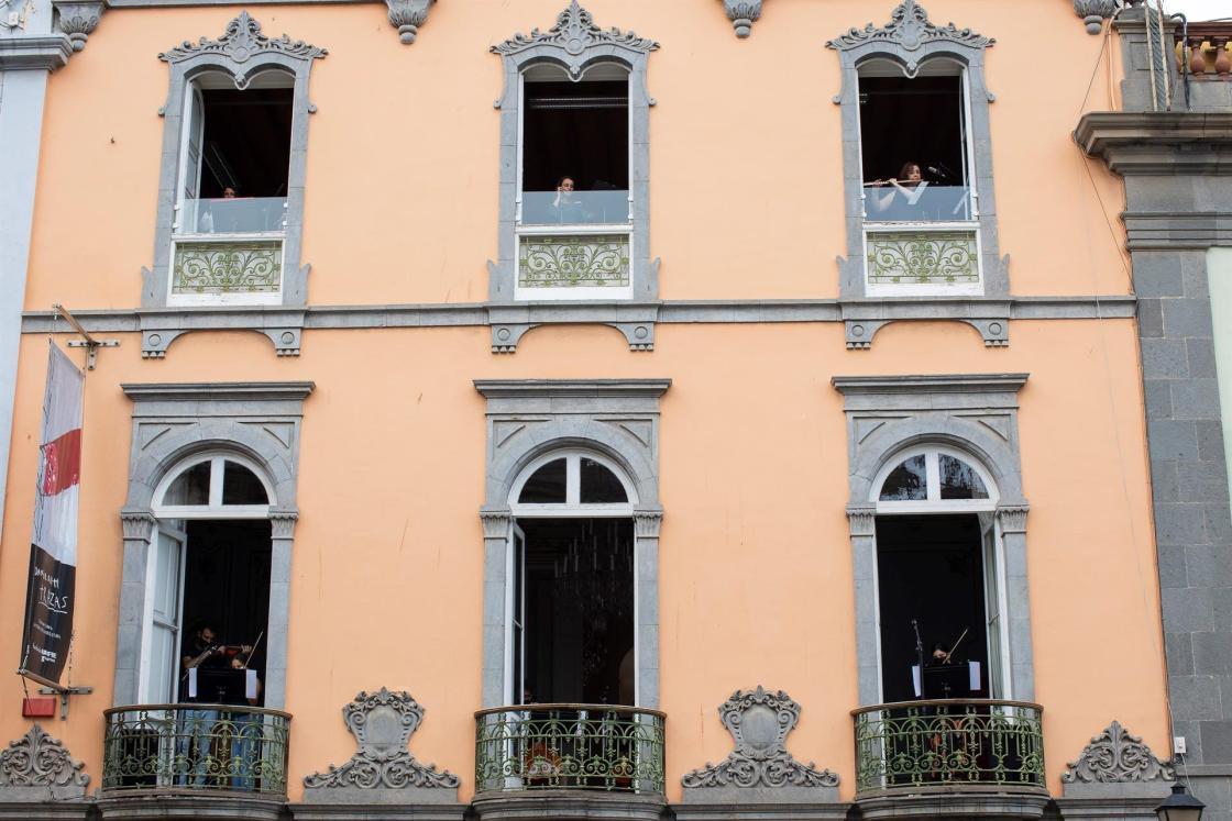 """GRAFCAN544. LAS PALMAS DE GRAN CANARIA, 21/06/2021.- La Fundación Mapfre Guanarteme se sumó este lunes al Día Europeo de la Música convirtiendo su sede en el barrio histórico de Vegueta en una """"caja de música"""", desde la que varios músicos han interpretado el """"Himno a la Alegría"""" de Beethoven. EFE/ Quique Curbelo"""