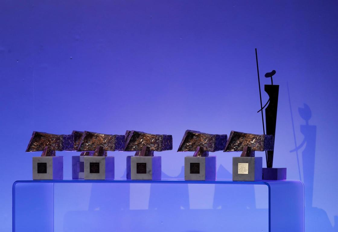"""Detalle de las esculturas, obras del maestro Joaquín Vaquero Turcios, junto a la estatuilla del Premio """"Don Quijote"""" de Periodismo, que serán otorgadas a los ganadores de los Premios Internacionales de Periodismo Rey de España. EFE/Javier Lizón/Archivo"""