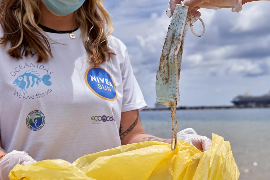 Santa Cruz de Tenerife. San Andrés. Playa de las Teresitas. La ONG OCEANIDAS con el proyecto Red de Vigilantes Marinos en colaboración con NIVEA SUN, Terramare Medioambiente, ECOCEANOS y BUCEO y Vida, organizan una limpieza de playas y fondos marinos en la playa de Las Teresitas de Tenerife. Foto: Gogo Lobato / CEDIDA