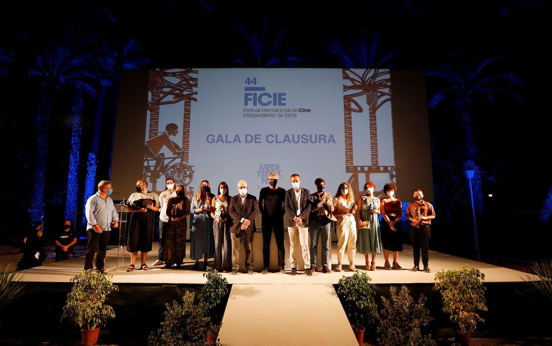 Los premiados posan al finalizar el acto de entrega de trofeos del Festival de Cine Independiente de Elche, este viernes. EFE / Manuel Lorenzo