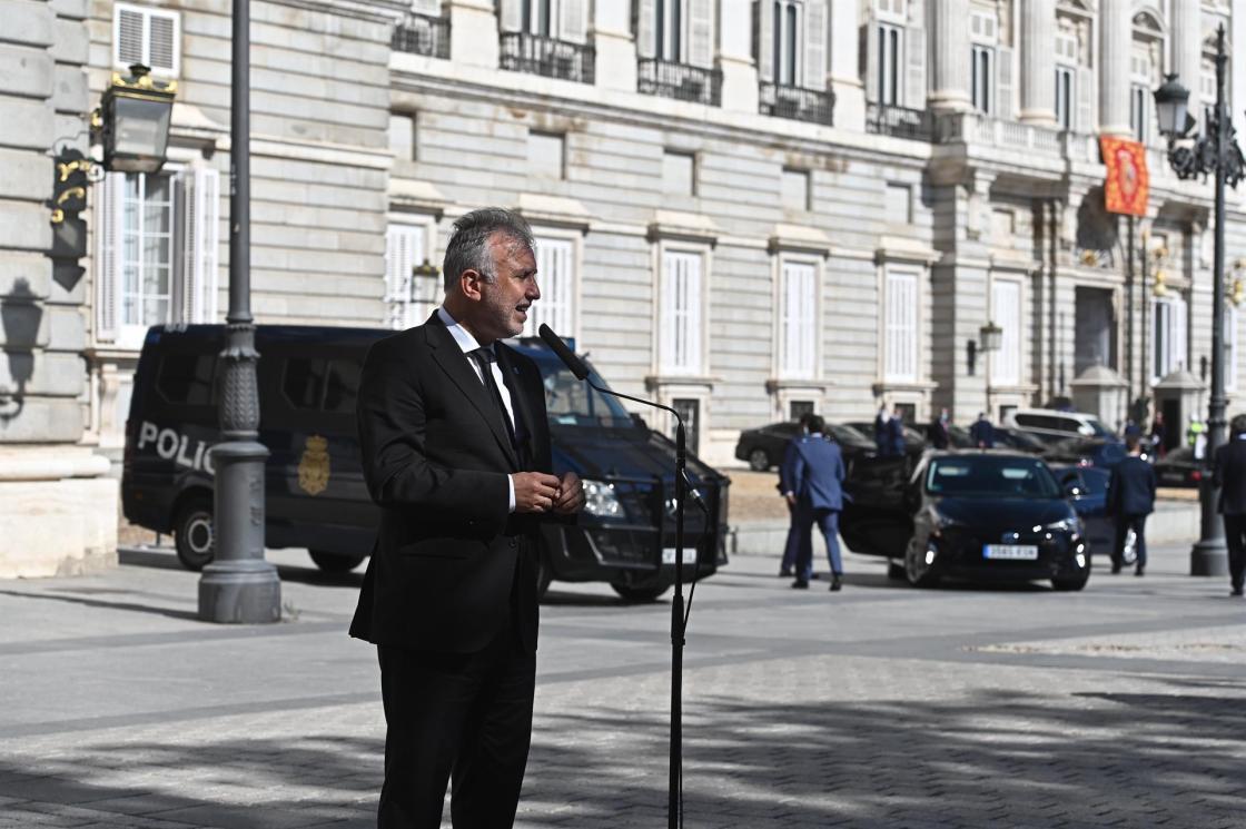 El presidente de Canarias, Ángel Víctor Torres, realiza declaraciones tras el acto de homenaje de estado a las víctimas de la pandemia de la covid-19 y de reconocimiento al personal sanitario, este jueves en la Plaza la Armería del Palacio Real en Madrid. EFE/FERNANDO VILLAR