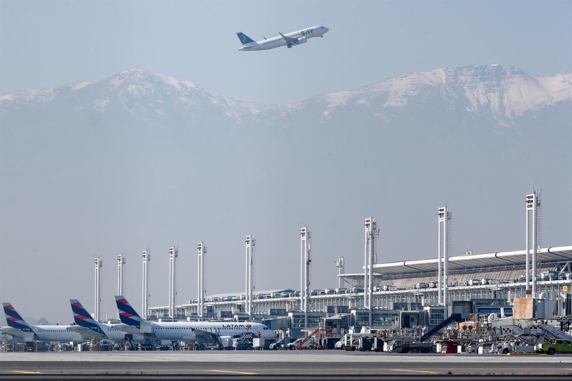 Fotografía de aviones de la aerolínea LATAM en el aeropuerto Internacional Arturo Merino Benítez de Santiago (Chile). EFE/ Alberto Valdés/Archivo