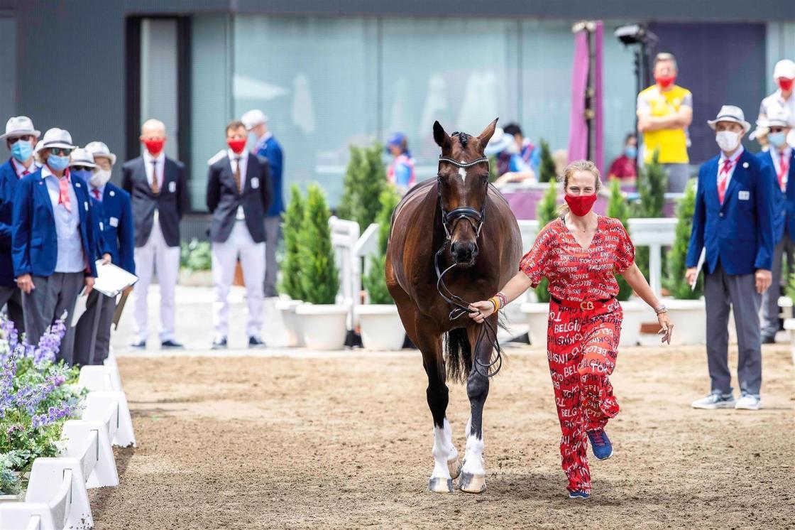 La belga Lara De Liedekerke-Meier presenta a Alpaga d'Arville en la inspección de caballos en el parque ecuestre de Baji Koen. EFEI/Libby Law