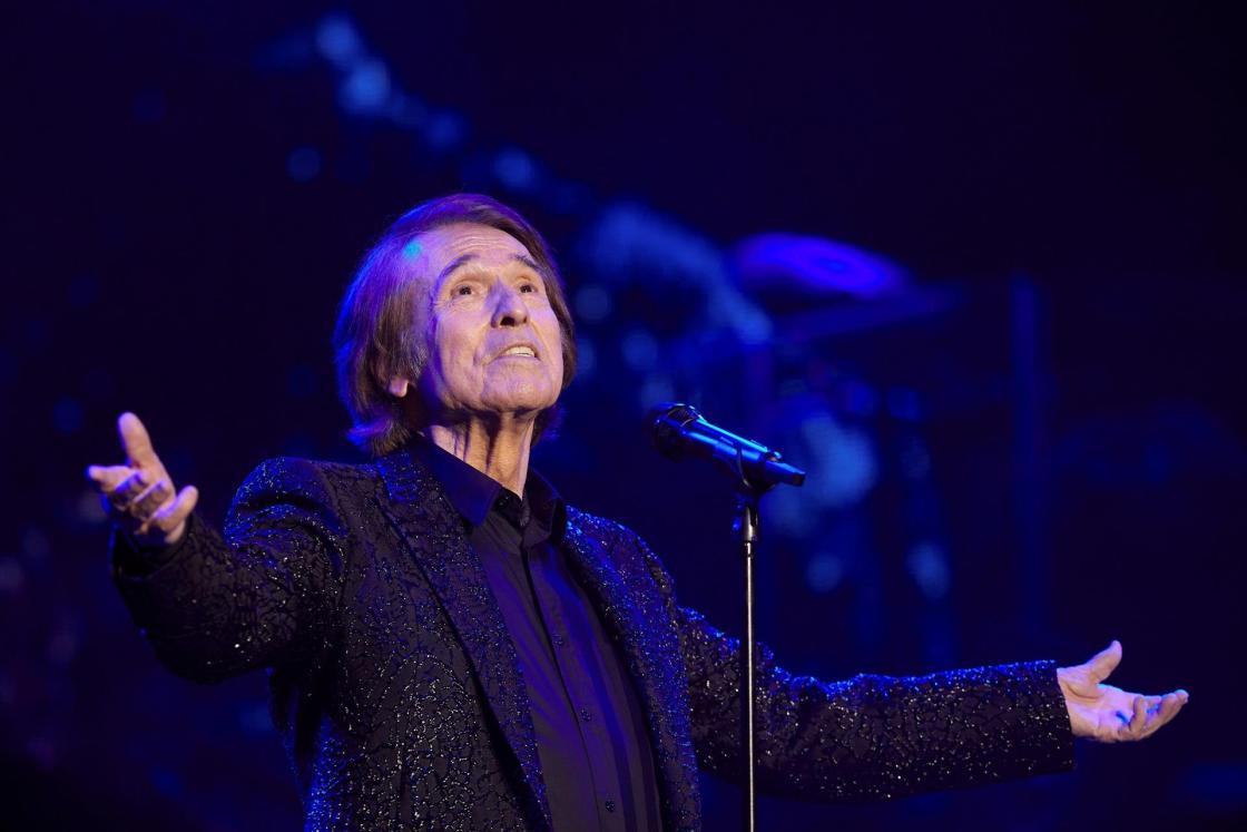 El cantante Raphael durante el concierto que ha ofrecido este sábado en Cap Roig, celebrando sus 60 años sobre los escenarios. EFE/David Borrat.