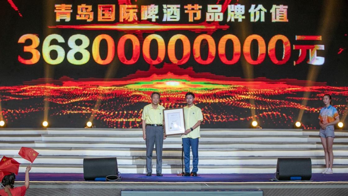 Yuan Zaiqing, presidente de la Convención, Exposición y Eventos Sociales de China, entrega el certificado a Liu Shuwu, presidente de Qingdao Huangfa Group.
