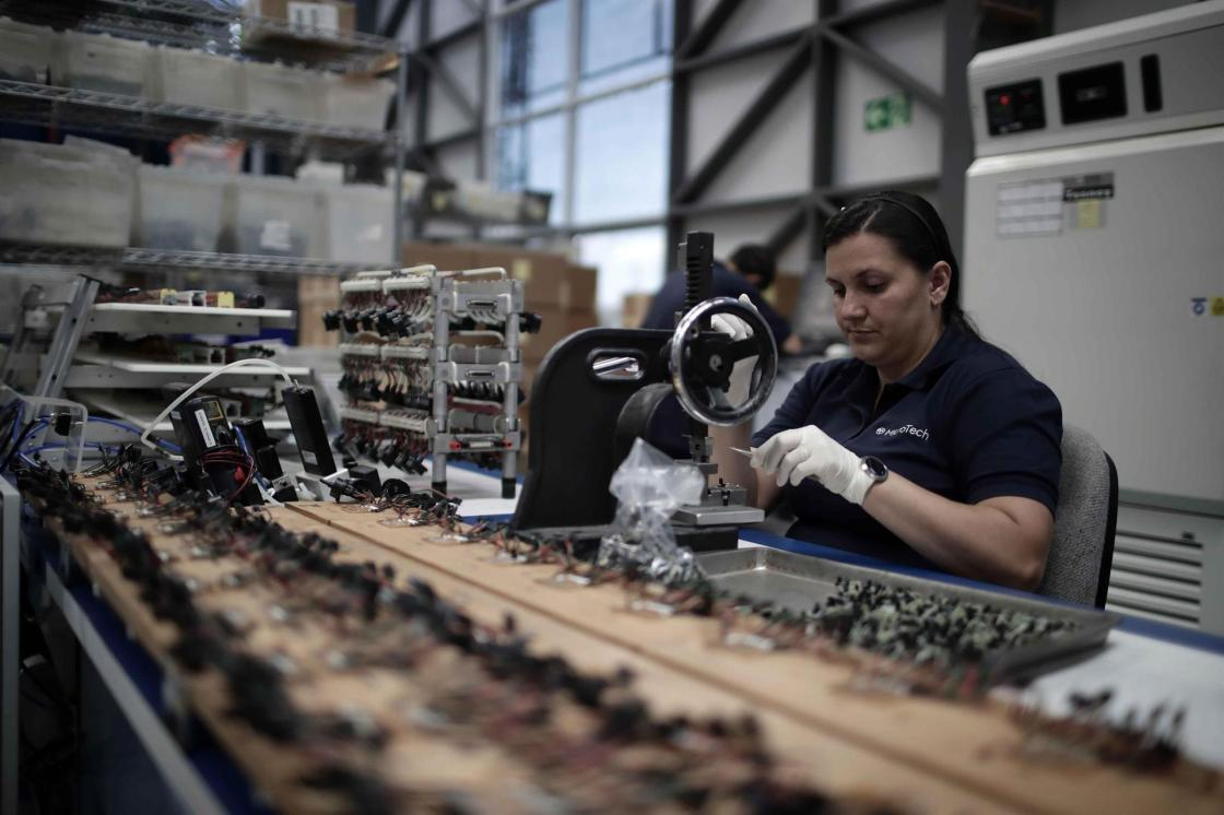 SAN JOSÉ (COSTA RICA), 08/07/2021.- Fotografía de archivo fechada el 16 de febrero de 2018 que muestra a una mujer en trabajos de manufactura, en San José (Costa Rica). El índice global de competitividad se mantuvo relativamente constante en el último lustro entre los países que forman la región del Sistema de Integración Centroamericana (SICA), de acuerdo con un informe promovido por el Centro para la Promoción de la Micro y Pequeña Empresa (Cenpromype). EFE/ Jeffrey Arguedas