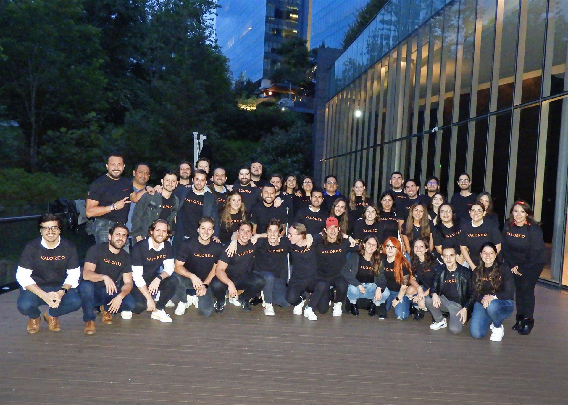 Fotografía cedida por la empresa VALOREO, donde se observa a sus empleados posando en la Ciudad de México. EFE/VALOREO/SOLO USO EDITORIAL/SOLO DISPONIBLE PARA ILUSTRAR LA NOTICIA QUE ACOMPAÑA (CRÉDITO OBLIGATORIO)