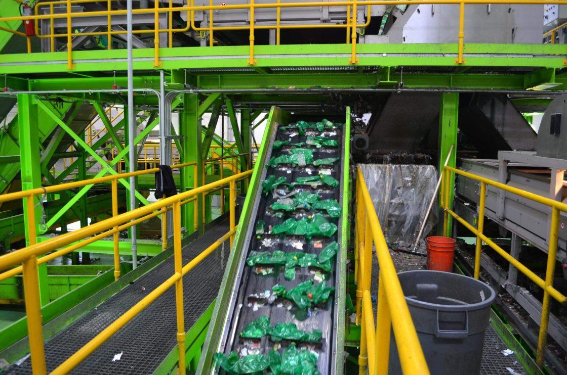 Vista de una planta de reciclaje de botellas de plástico. EFE/ARMANDO VARELA/Archivo