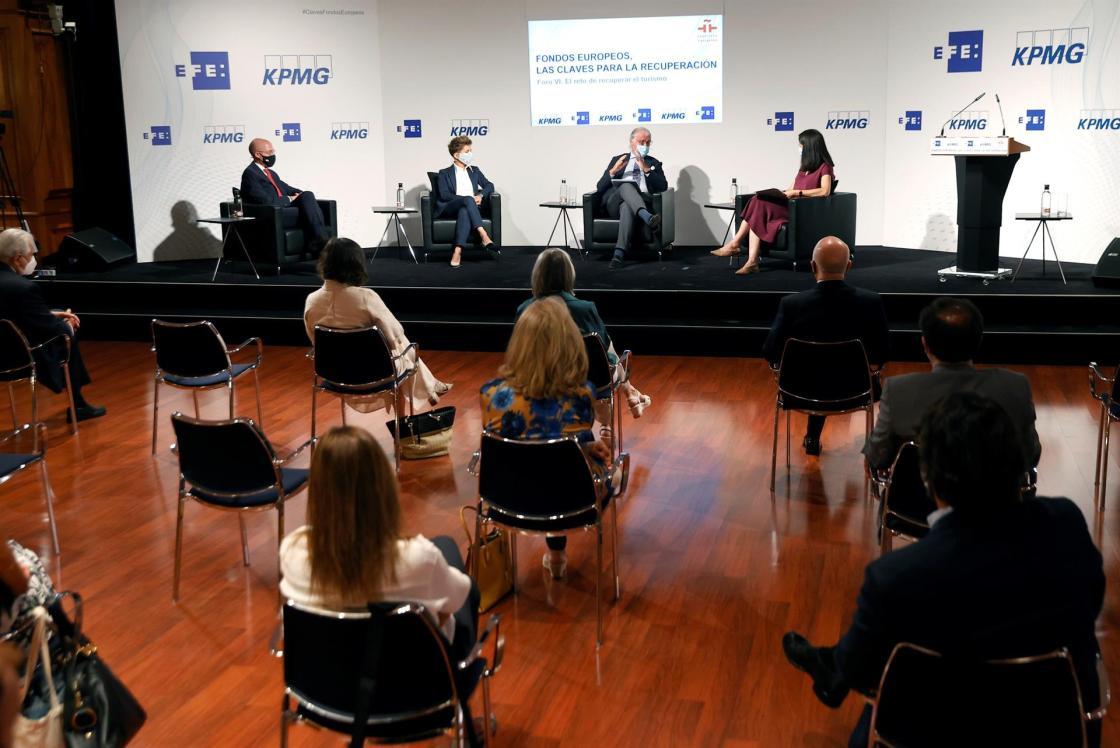 """MADRID, 12/07/2021.- La directora de Economía de la Agencia Efe, Emilia Pérez (d), modera el Foro VI """"El reto de recuperar el turismo"""" en el que participan (de i a d) la vicepresidenta de Iberostar Gloria Fluxá, y el vicepresidente ejecutivo de Exceltur, José Luis Zoreda, en el marco del ciclo """"Fondos Europeos, las claves para la recuperación"""", este lunes, en el Instituto Cervantes en Madrid. EFE/ Chema Moya"""