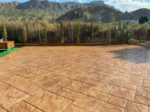Pavimento de hormigón impreso con molde de silleria.