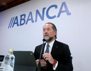 El presidente de Abanca, Juan Carlos Escotet Rodríguez, presenta en rueda de prensa los resultados del banco en el segundo trimestre de 2021, tras cerrar el ejercicio 2020 con un beneficio atribuido de 160 millones de euros 60,5 % menos, tras destinar 273 millones de euros a provisiones por la pandemia de covid-19. EFE/Xoán Rey.