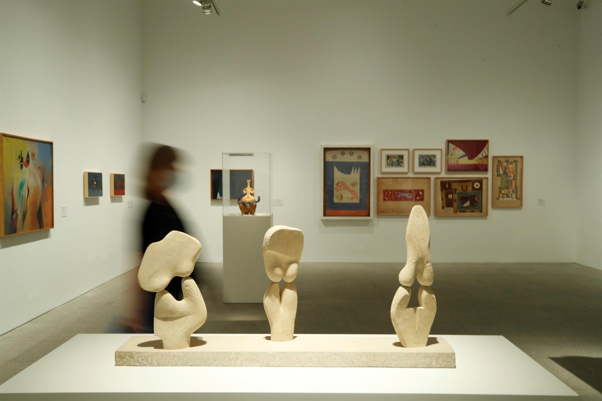 """La obra """"Tres mujeres"""" (1948), realizada por el artista español Ángel Ferrant con piedra blanca de Salamanca. EFE/Javier Lizón"""