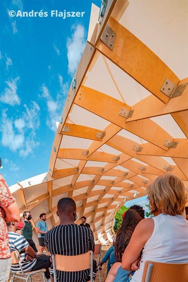 Aulario exterior con estructura innovadora de maderaAutor: Andrés Flajszer