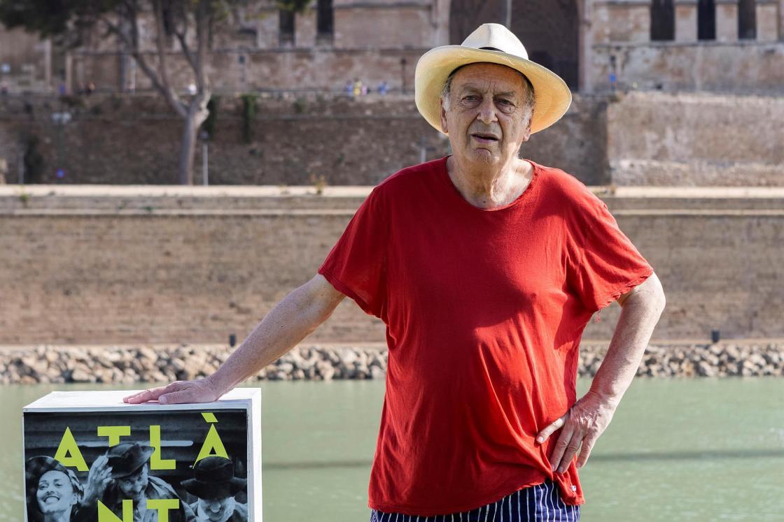 El director británico Stephen Frears posa delante de la Catedral de Palma en el marco del Atlántida Mallorca Film Festival. EFE/Cati Cladera