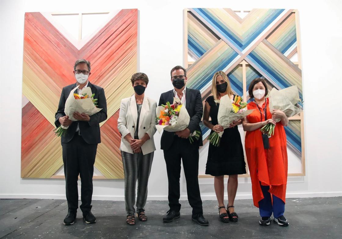 """MADRID, 07/07/2021. (De izquierda a derecha) Ferrán Barenblit, director del MACBA; Mar Pieltain, directora de Lexus España; Julio Criado y Carolina Alarcón, de la galería """"Alarcón Criado"""" y Maribel López, directora de ARCO, hoy, 07 de julio de 2021, en el Stand de la galería """"Alarcón Criado"""", que ha sido premiado como el mejor Stand en la feria de arte ARCO en Madrid, galardón que entrega la marca de automóviles Lexus. EFE/David Fernández"""