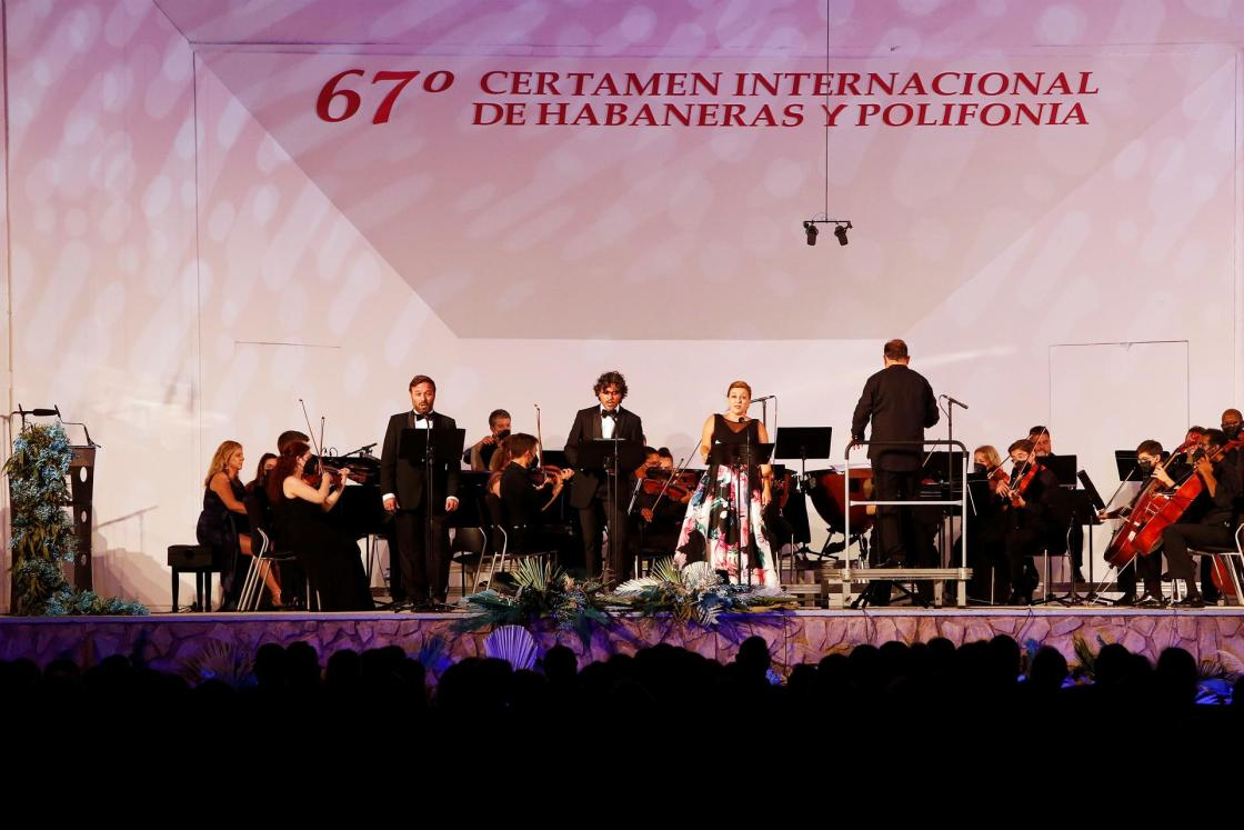 Lucas Groppo, Facundo Muñoz y Concepción Pérez durante el 67º Certamen Internacional de Habaneras y Polifonía de Torrevieja. EFE/Manuel Lorenzo.